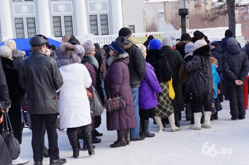 Екатеринбуржцы выстраиваются в очередь за справками о смерти