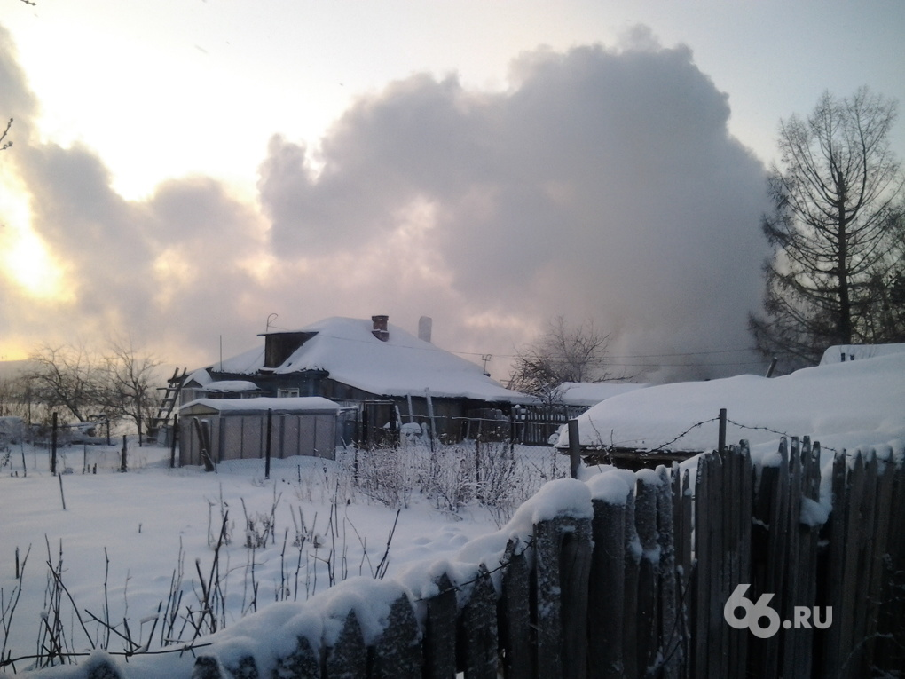 На Уктусе горит жилой дом
