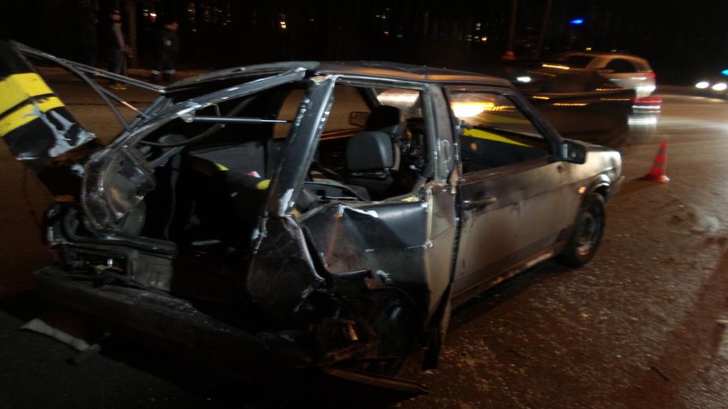 На Кольцовском тракте Peugeot протаранил ВАЗ, который выезжал с заправки