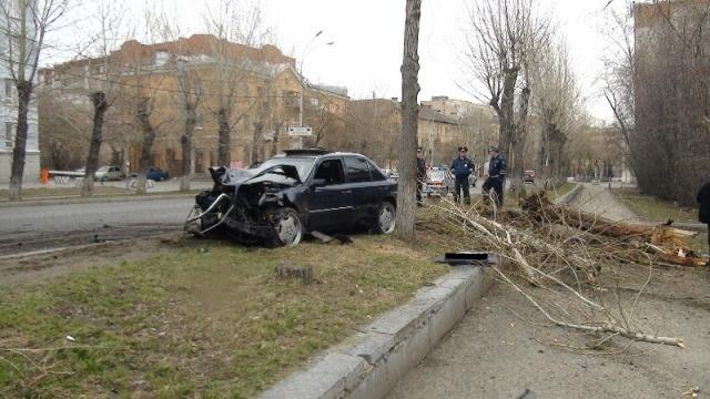 В Екатеринбурге Mercedes вылетел на тротуар и врезался в дерево