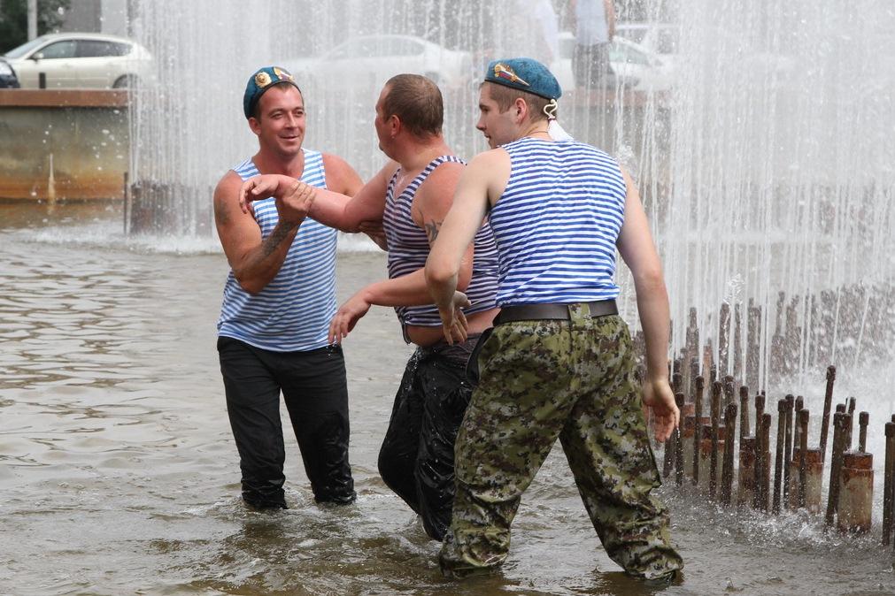 День ВДВ в Екатеринбурге: дети, голуби, фонтаны