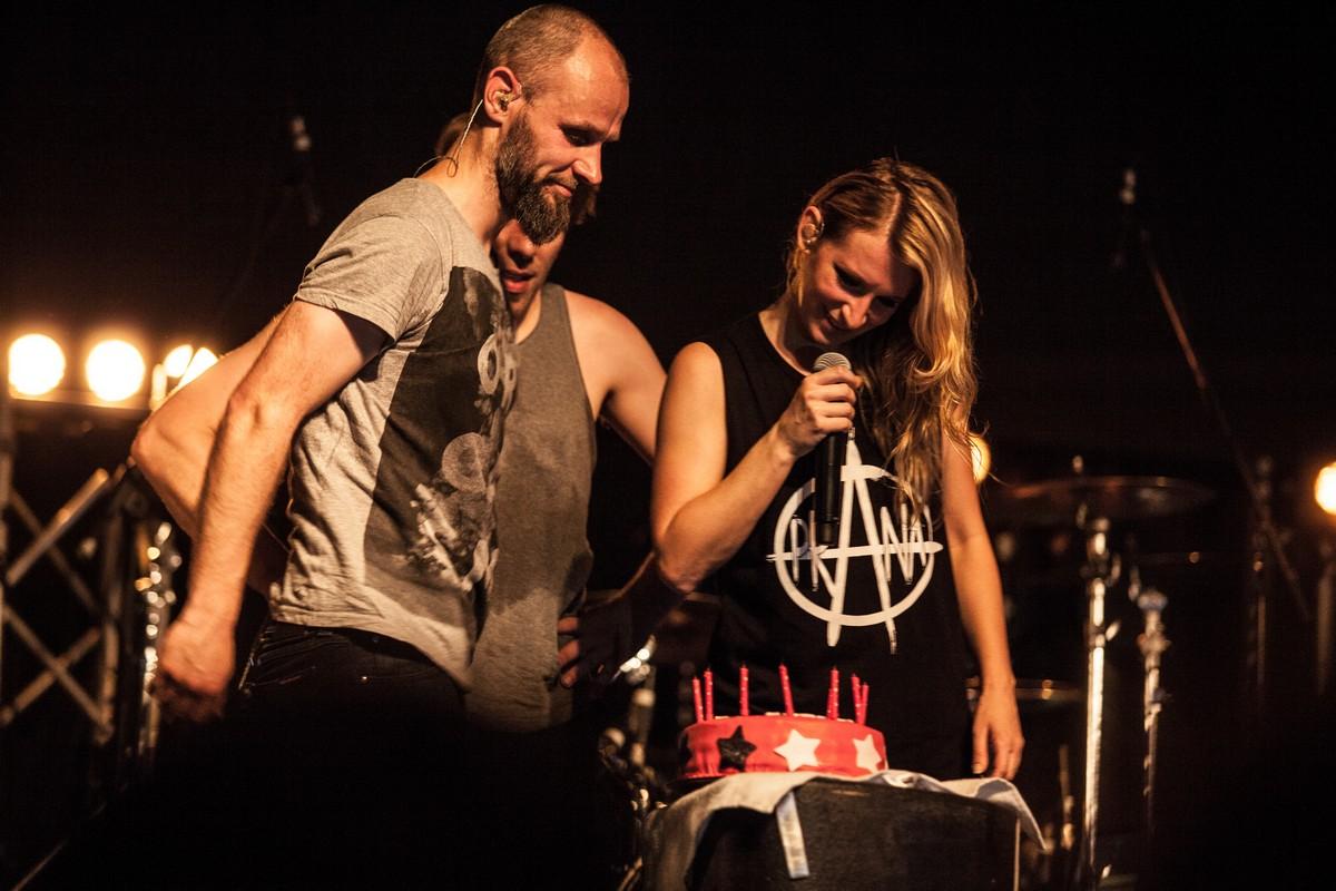 «Best BDay Cake ever!» Солистке Guano Apes подарили торт с Дартом Вейдером на концерте в Екатеринбурге