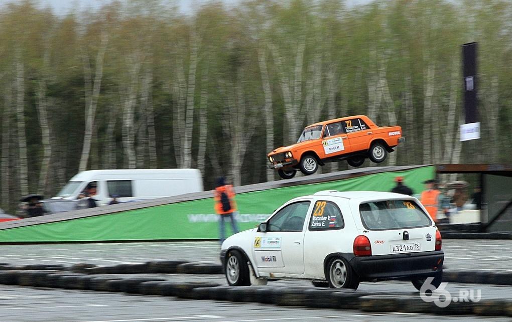 Прыжки и тучи брызг: сильнейшие раллисты соревновались под Екатеринбургом
