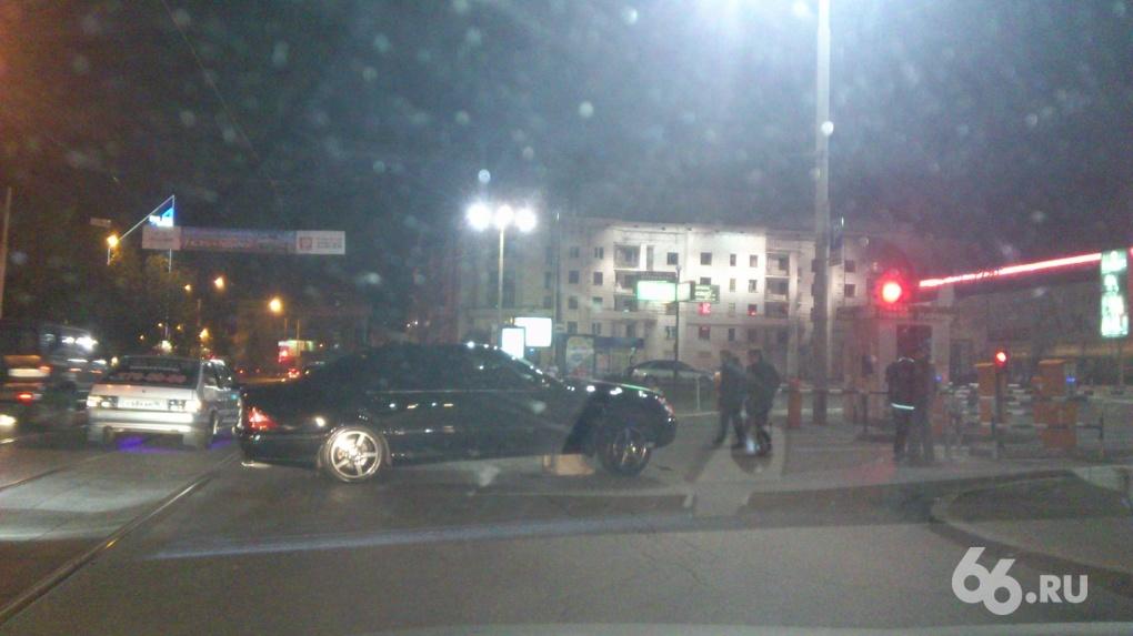 Девушка разбила представительский Mercedes об урну