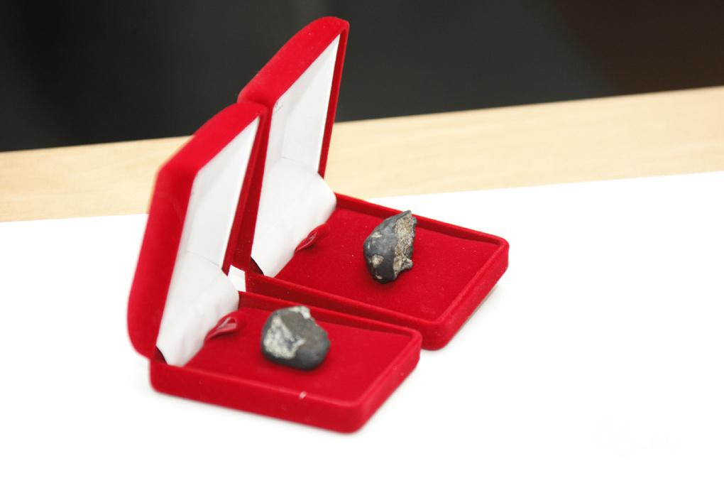 Евгению Куйвашеву подарили кусочек челябинского метеорита