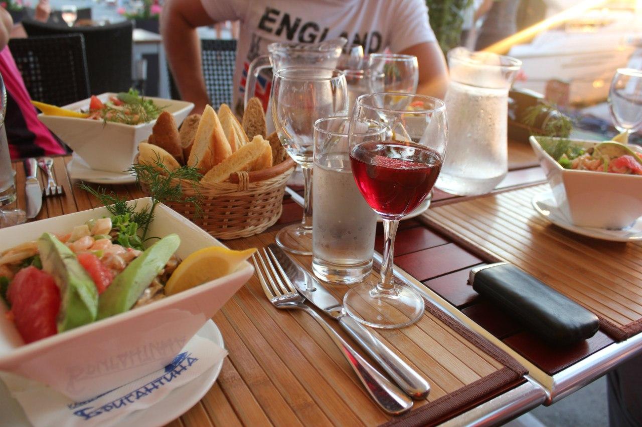 В элитном ресторане Екатеринбурга кормили просроченной едой