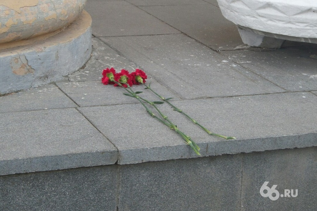 К екатеринбургской ГТРК несут цветы в память о погибших на Украине журналистах