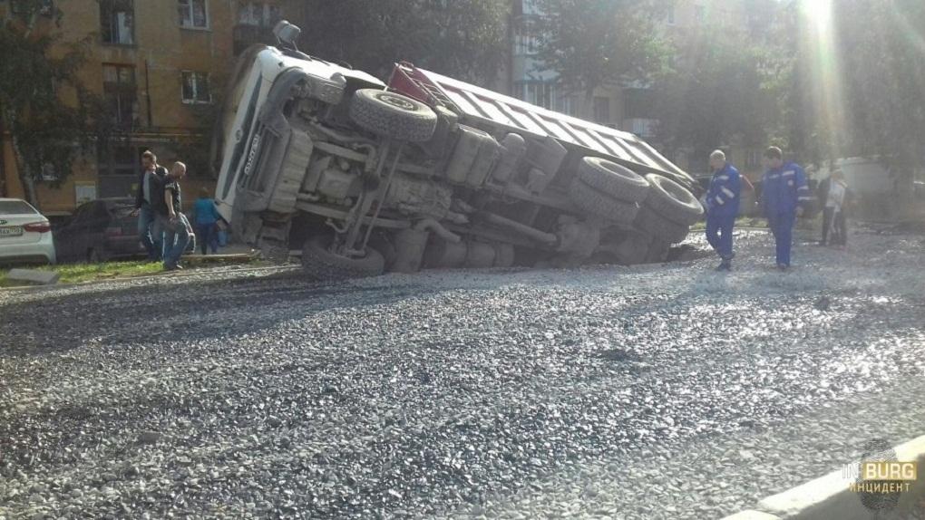 На Уралмаше грузовик провалился под землю и завалился на бок