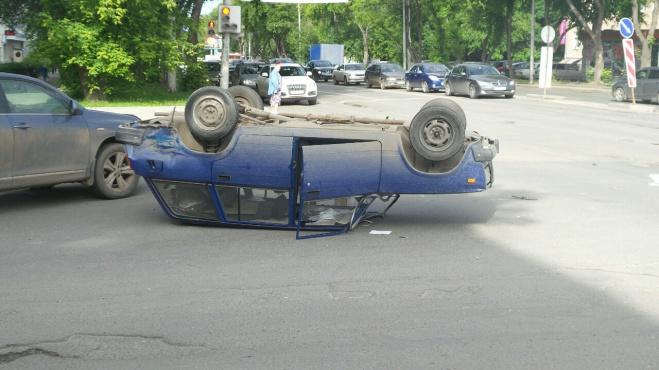 Тройной тулуп. Водитель перевернувшейся на Малышева «четверки» сам виноват в ДТП