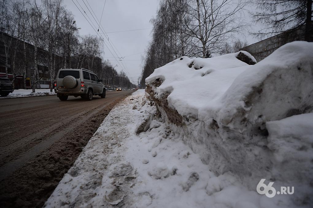 Дорожники вышли на уборку снега в полторы смены