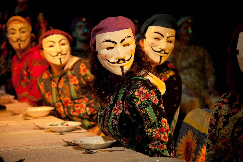 «Русь, куда несешься ты?» Коляда надел «маски Гая Фокса» и показал живого Гоголя