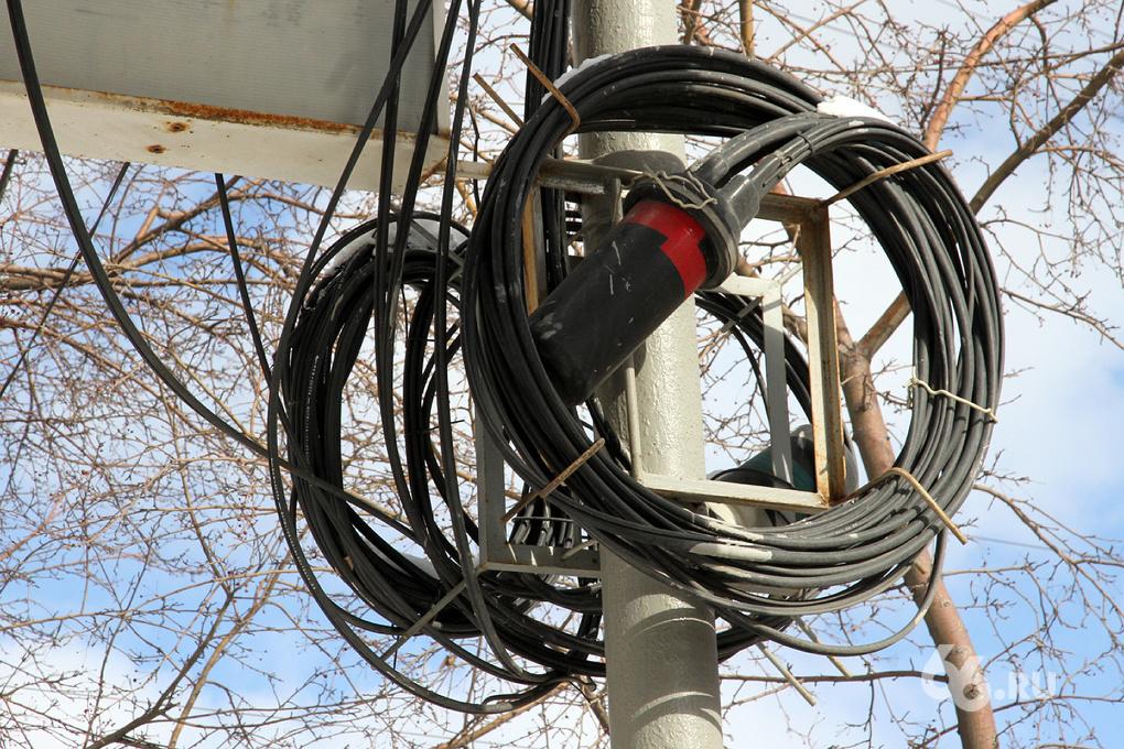 Опять двадцать пять: суд снова запретил мэрии срезать провода со столбов