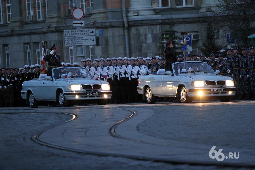 Фоторепортаж 66.ru: танки на площади 1905 года