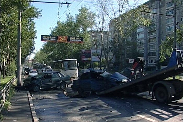 Водители двух ВАЗов оказались в больнице после аварии на Амундсена