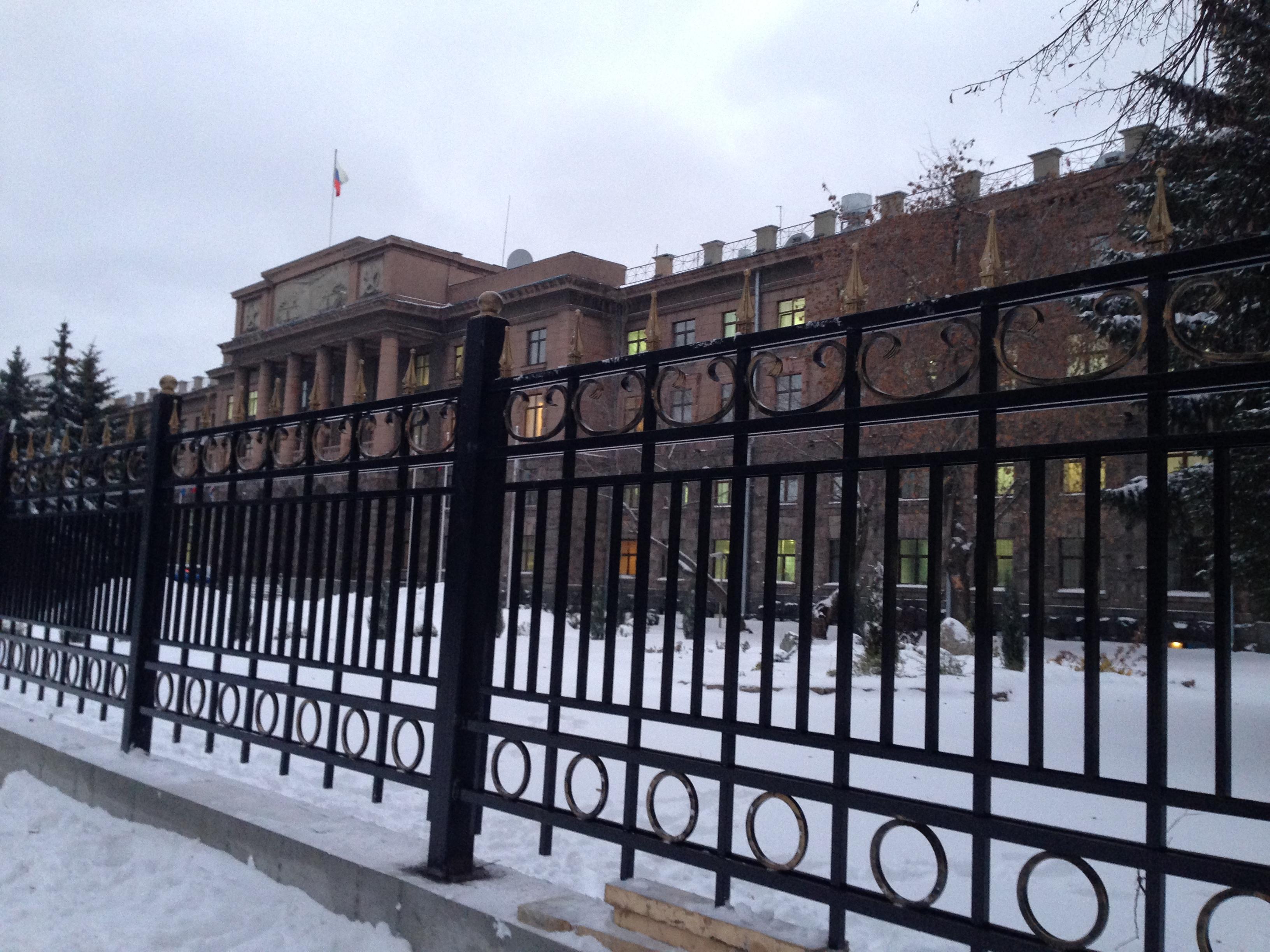 Наплевать на общественность: здание штаба ЦВО все-таки огораживают решеткой