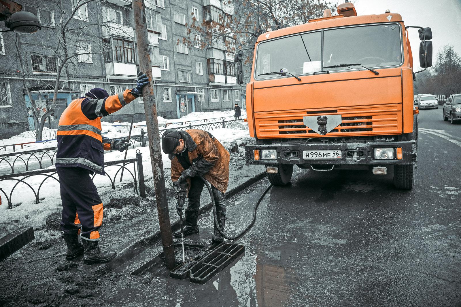 По уши в грязи: в Екатеринбурге чистят ливневки