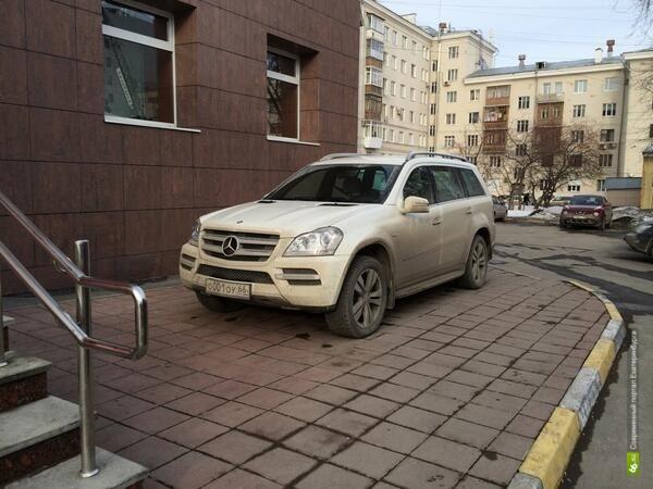 ГИБДД проверит парковку Александра Новикова на тротуаре