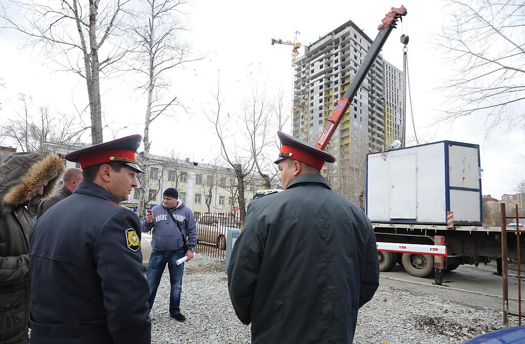 Фоторепортаж 66.ru: на Куйбышева уничтожили незаконную парковку