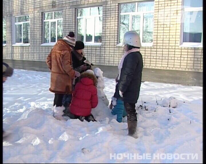 В екатеринбургской школе слепили снежную «противопожарную скульптуру»