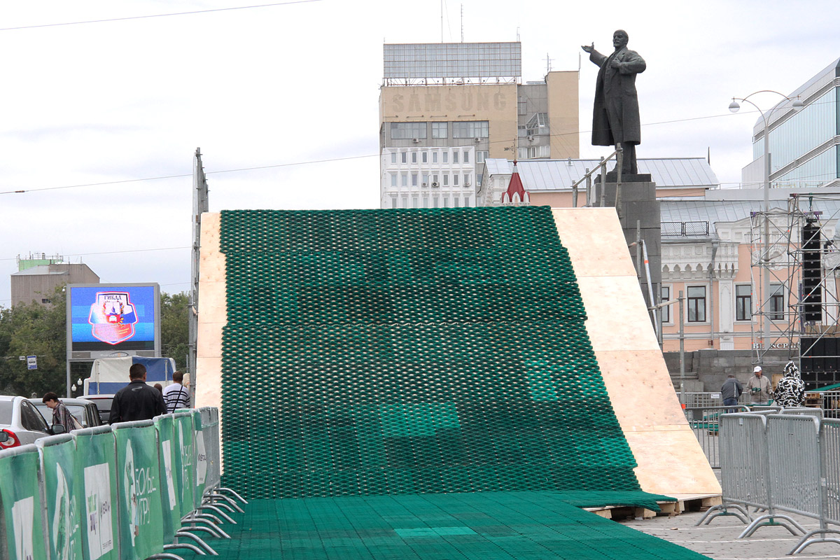 Парковку на площади 1905 года превратили в лыжный стадион