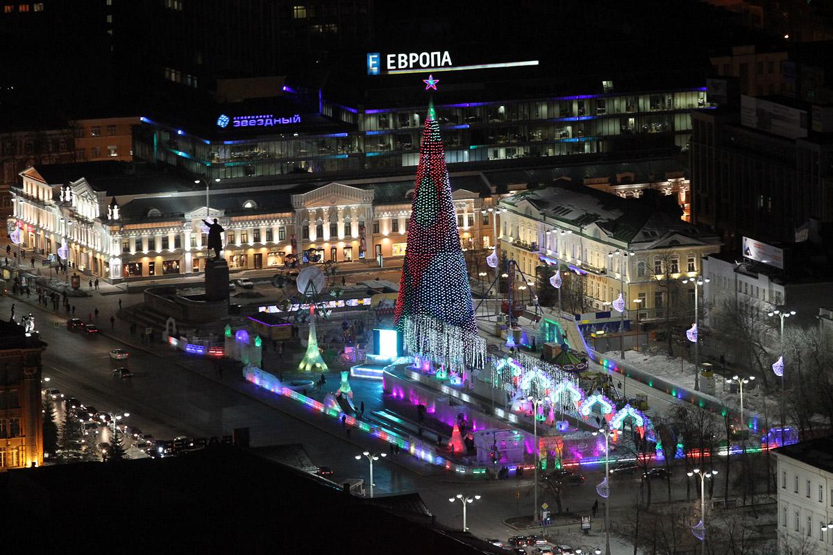 Горка-танк и огромные скульптуры: ледорубы показали 3D-версию новогоднего городка