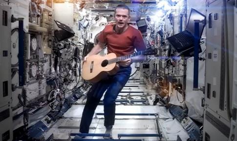 Командир экипажа МКС снял клип в открытом космосе