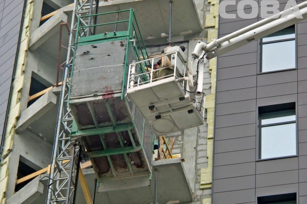 В строящемся доме на Ткачей рухнул лифт. Погиб строитель