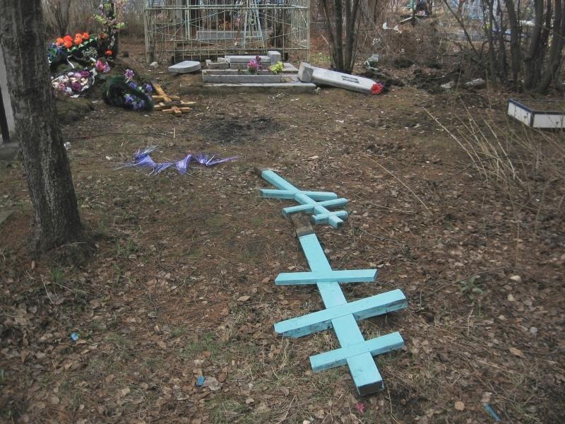 Школьники разгромили 38 надгробных памятников в свердловском селе