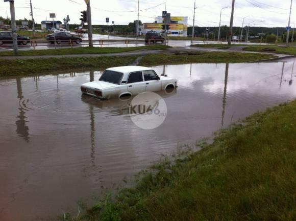 Каменск-Уральский затопило водой: машины глохнут в лужах-океанах