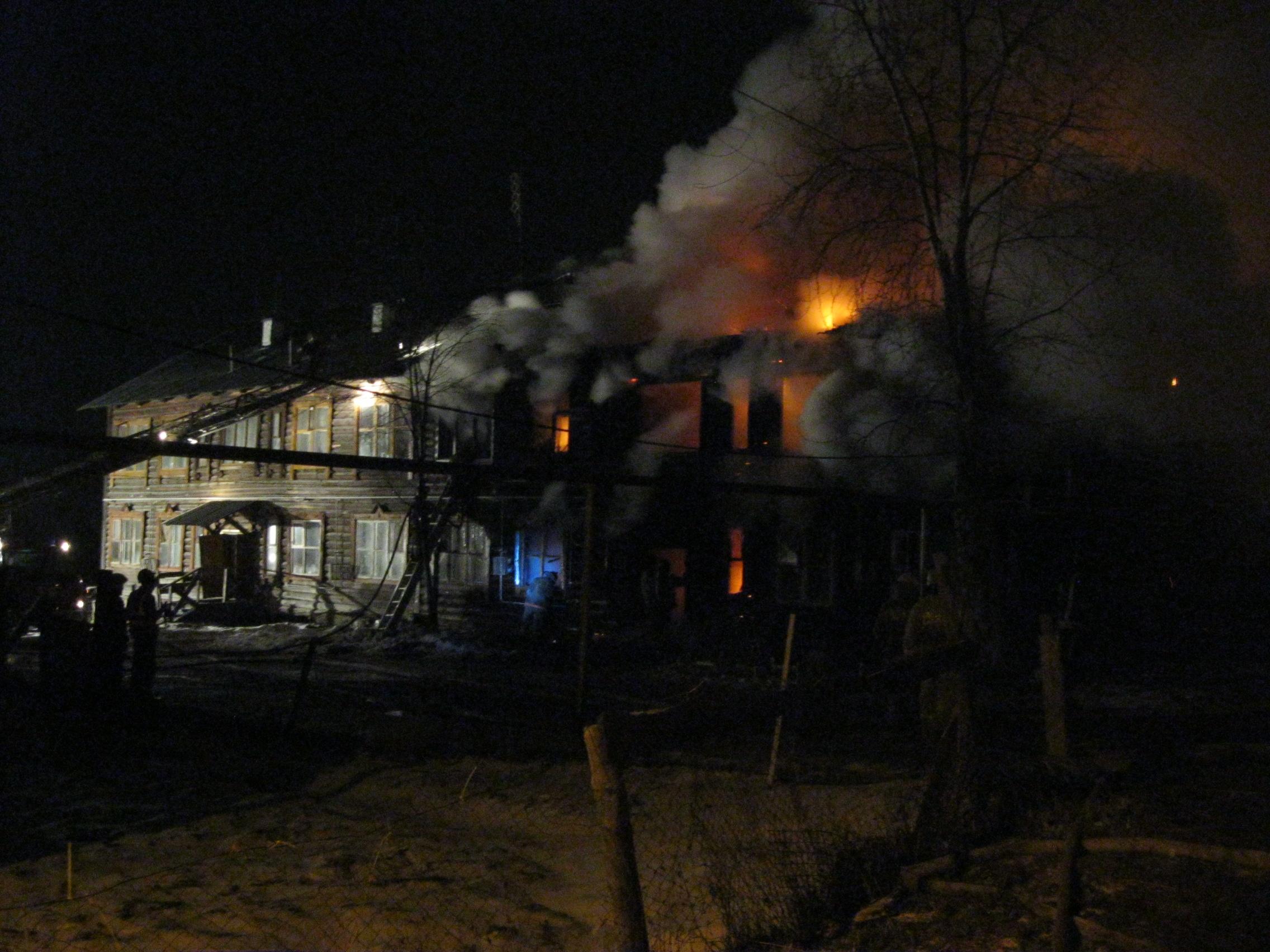 В Верх-Исетском районе сегодня ночью сгорел деревянный дом