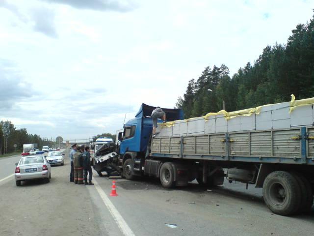 На трассе Пермь — Екатеринбург столкнулись три грузовика и две легковушки