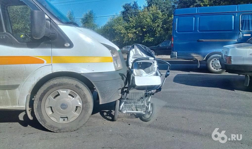 На ЖБИ микрофургон снес коляску с грудным ребенком