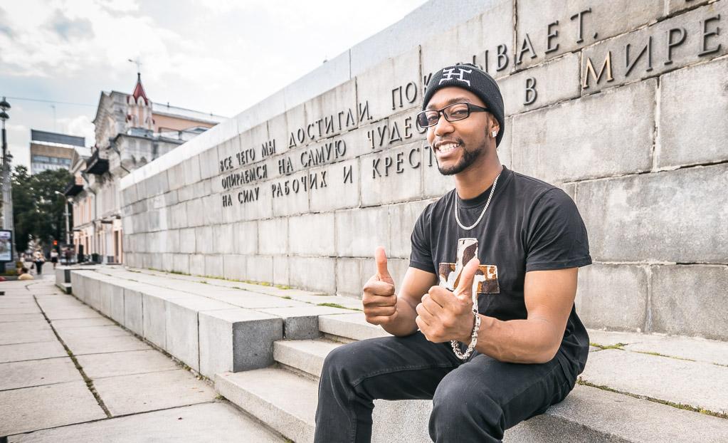 Популярный американский блогер учит жителей Екатеринбурга находить общий язык с иностранцами