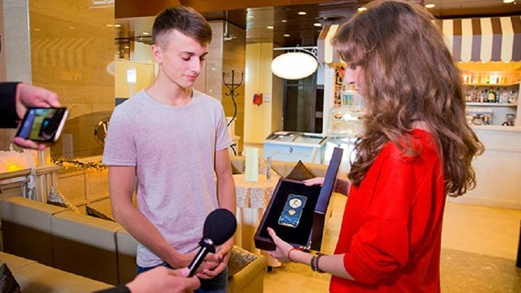 Школьник одержал победу золотой iPhone завопрос Путину напрямой линии