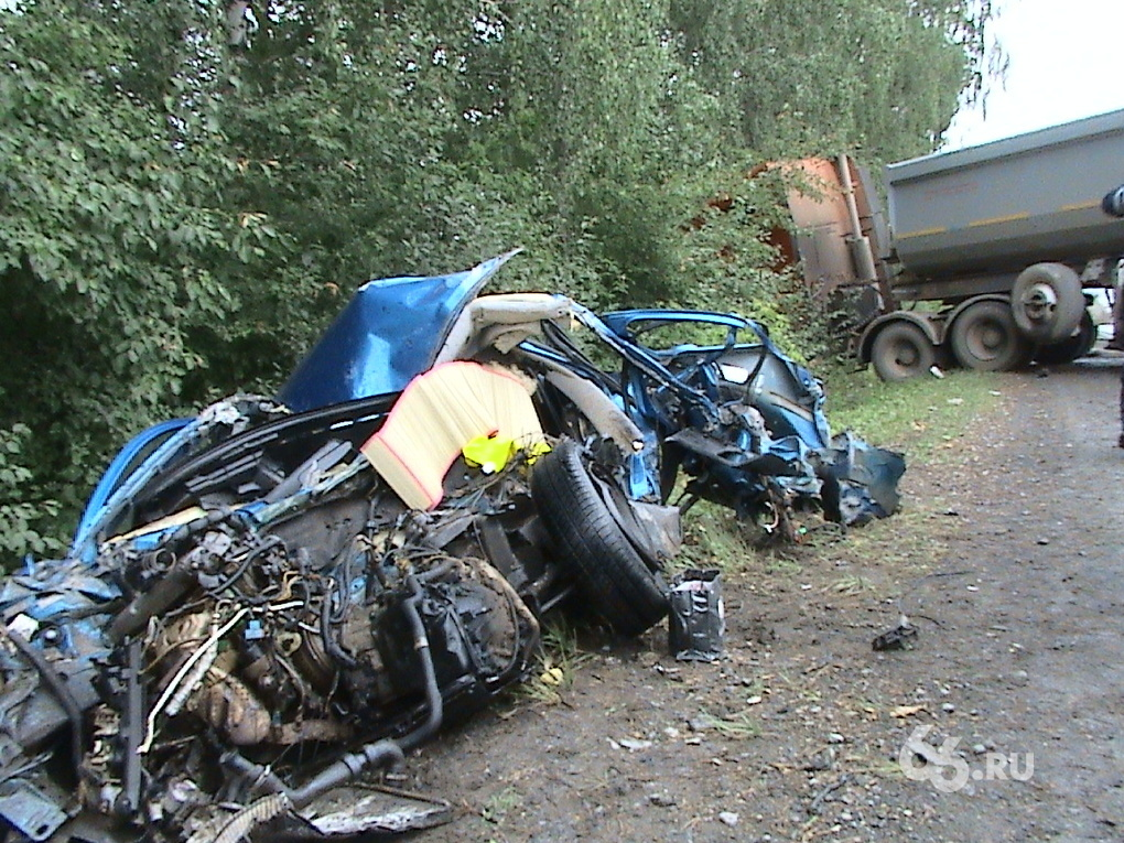 Возле Екатеринбурга иномарка влетела под тягач
