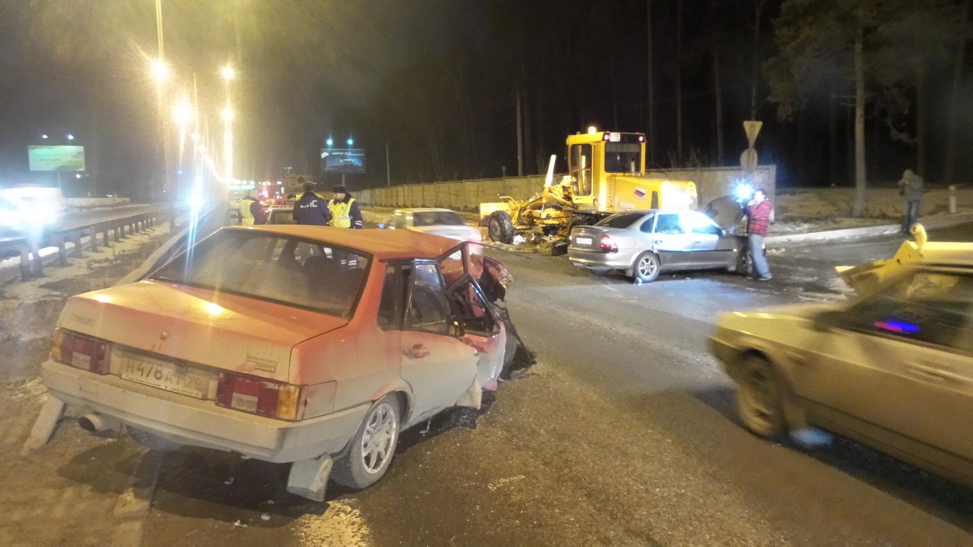 Возле ЦПКиО столкнулись трактор, грейдер и две легковушки