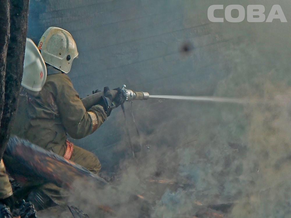 Пожарные несколько часов тушили два садовых домика в Екатеринбурге