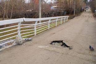 Вандалы повредили пешеходный мост на Павлодарской
