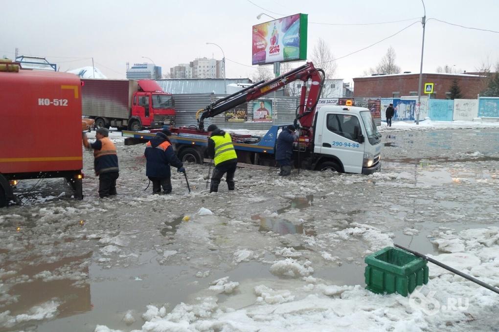 В ледяной плен на Ботанике попали десяток автомобилей и автобус