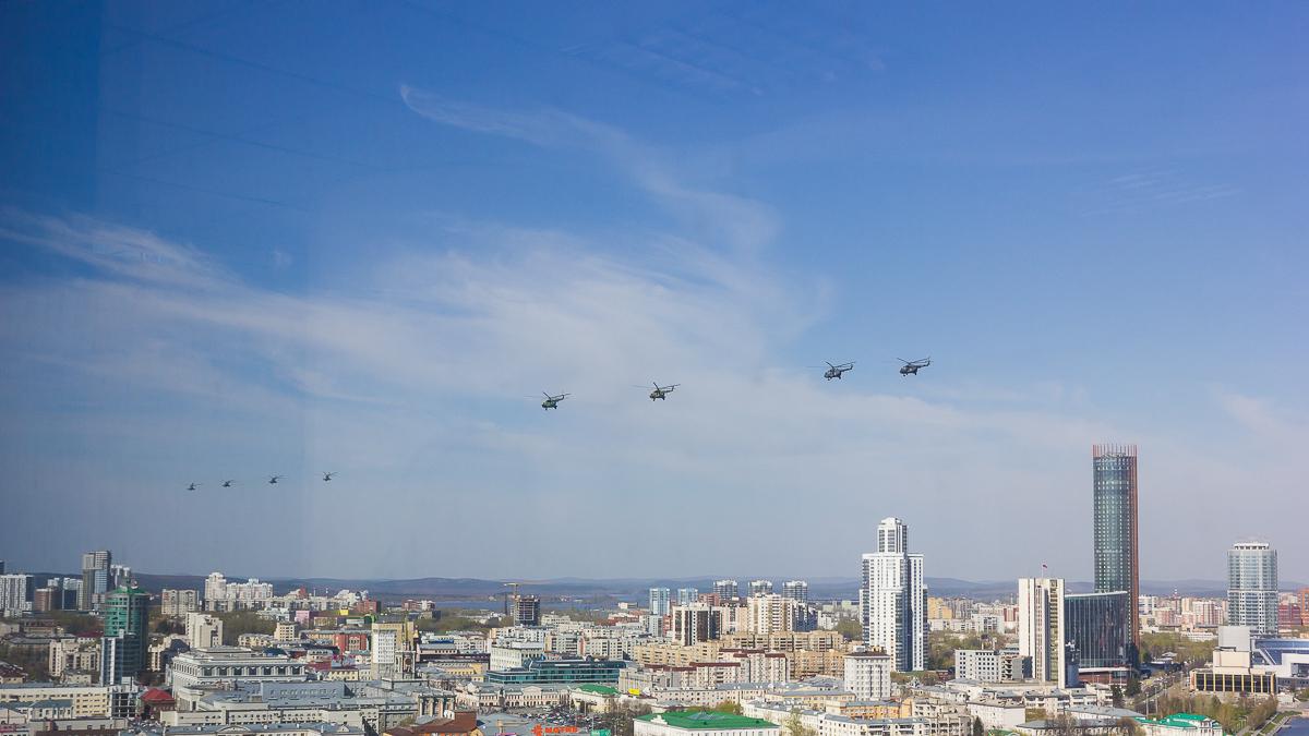 Над Екатеринбургом пронеслись истребители ибомбардировщики