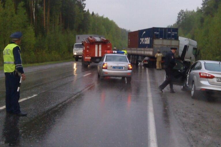 Два человека погибли в ДТП с грузовиком на Серовском тракте