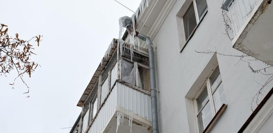 За счет жильцов балконы Екатеринбурга очистят от опасных козырьков и незаконных стеклопакетов