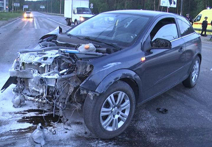 Водитель на чужом Opel на Объездной снес Peugeot