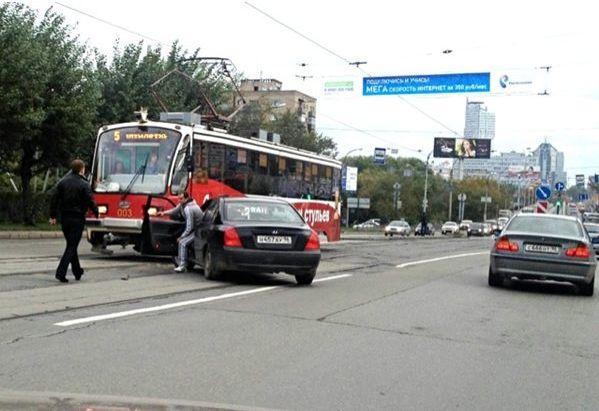 На Челюскинцев из-за столкновения двух иномарок встали трамваи