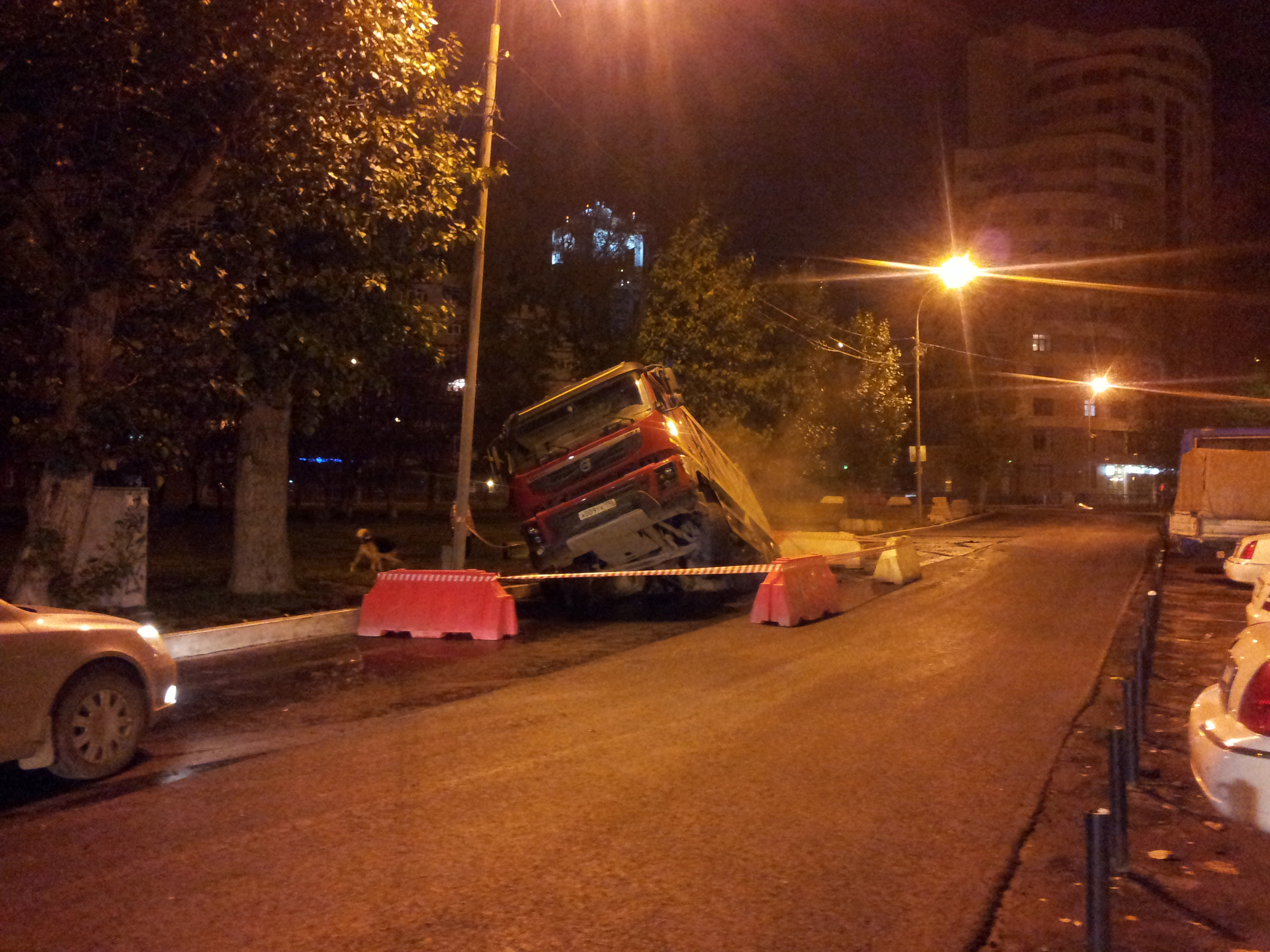 Возле «Космоса» грузовик провалился в свежеположенный асфальт