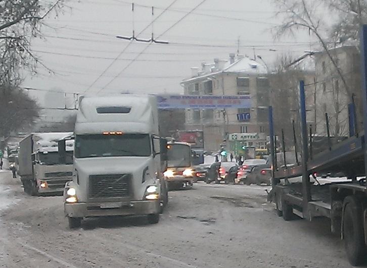 Буксующие грузовики спровоцировали огромную пробку на Малышева