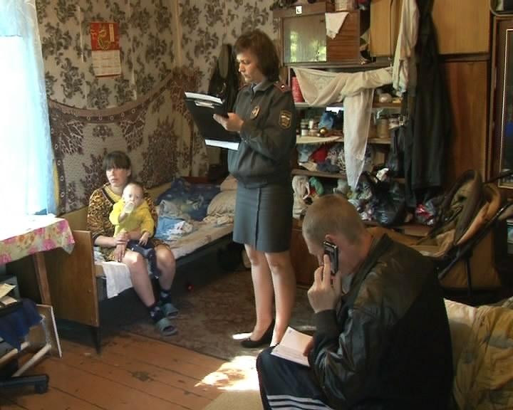 В Екатеринбурге нерадивая мать оставила двух малышей соседям и пропала