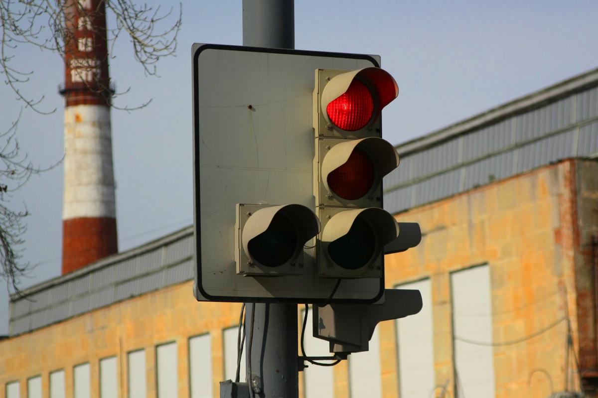 Утром Академический встал в пробку из-за светофора