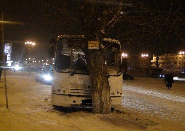 На площади 1-й Пятилетки автобус попал в ДТП