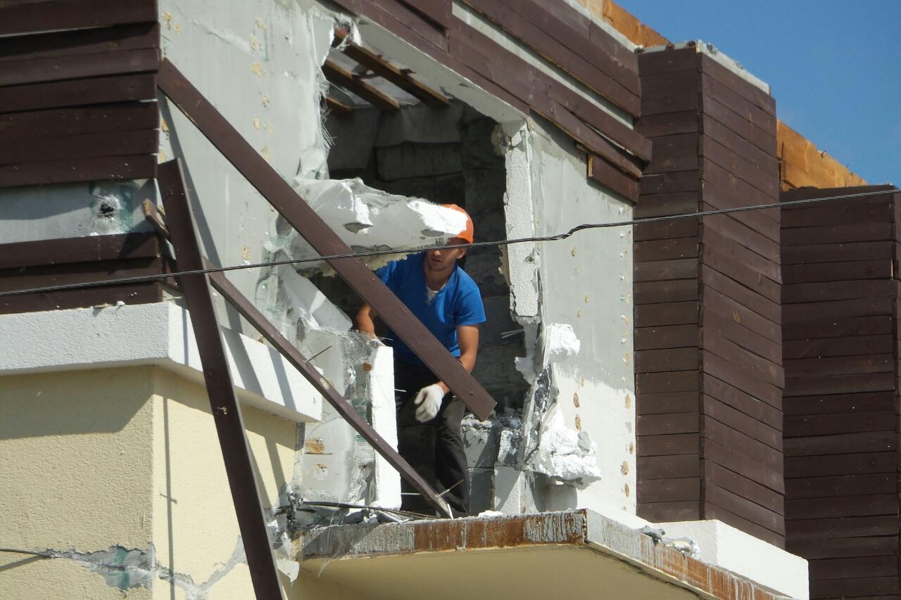 «Мешает строительству развязки». В Екатеринбурге сносят «Дом пенсионеров»